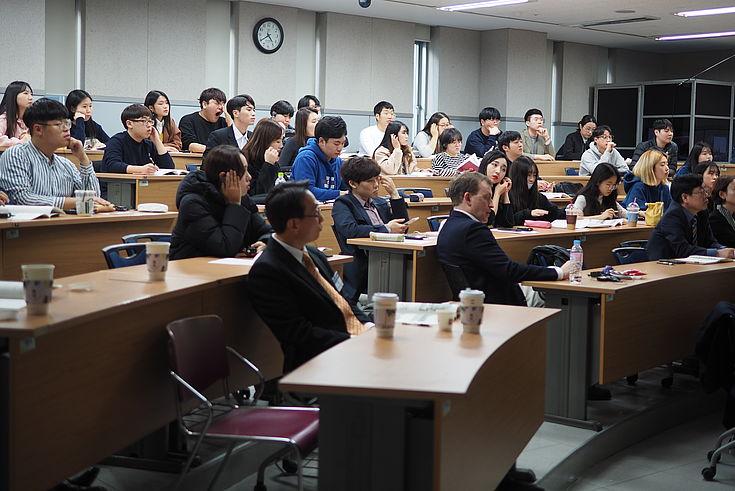 Eine Menge interessierter Studenten nahm an der Konferenz teil