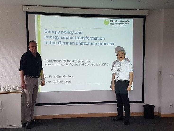 Dr. Matthes vor seiner PowerPoint Präsentation mit Dr. Son