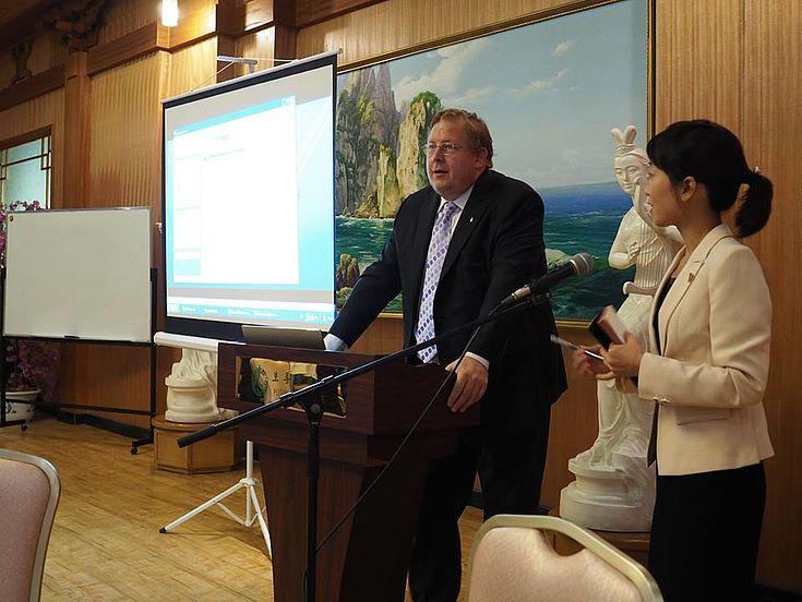 Dr. Bernhard Seliger, Repräsentant der HSS Korea, eröffnete den Workshop mit einer Präsentation über deutsche Försterei