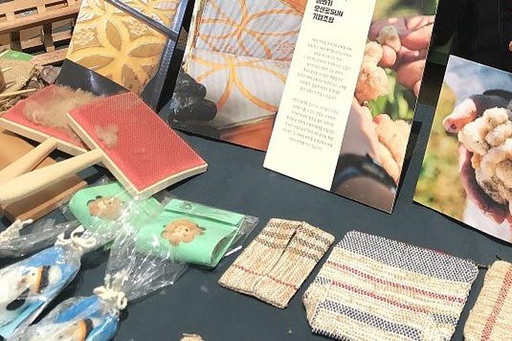 Nachhaltige und umweltfreundliche Stoffe, die zu Kleidung weiterverarbeitet werden.