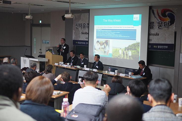 Felix Glenk bei seiner Begrüßungsansprache an der Dong-A Universität in Busan