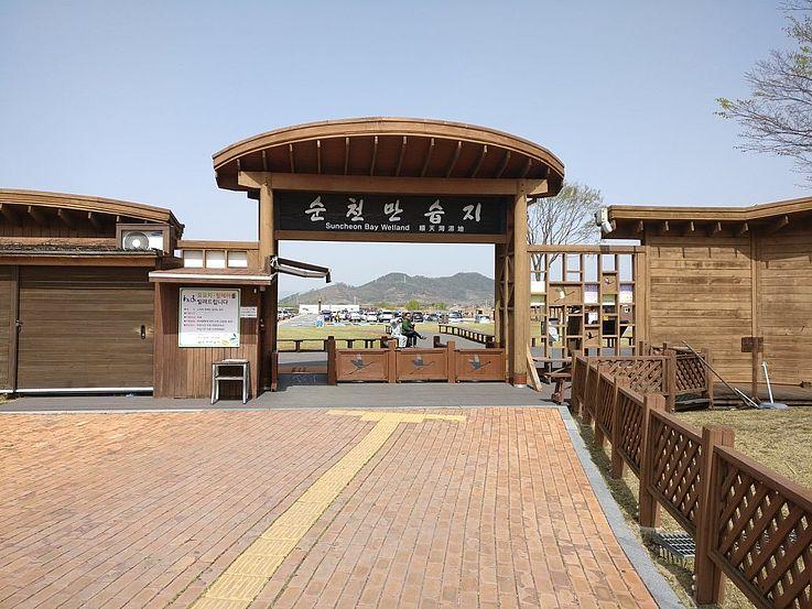 Eingang zum Suncheon Wetland- Suncheon ist bekannt als Überwinterungsgebiet für Mönchskraniche (Grus monacha), im April waren schon keine mehr da.