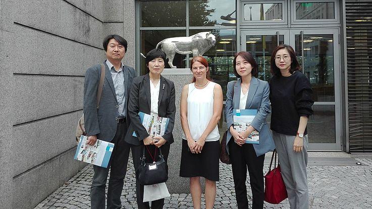 Delegation des KINU mit Veronika Eichinger, Projektkoordinatorin Korea