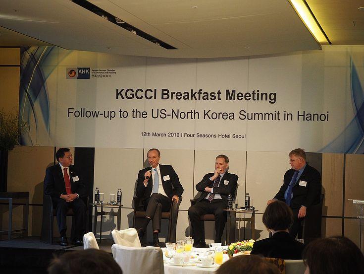 Von links: Leutnant General (ret.) Chun In-bum, H. E. Stephan Auer (Deutscher Botschafter in Seoul), Tony Michell Ph.D (Korea Associates Business Consultancy), Dr. Bernhard Seliger (HSS Korea)