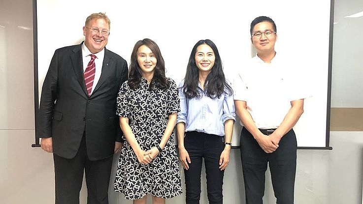 Dr Bernhard Seliger und Dr Hyun-Ah Choi besuchten das MOU und hatten ein Meeting mit Ms Hyeonjeong Lim, Director of Inter-Korean Exchange & Cooperation Bureau, MOU und ihrem Kollegen Mr Sung-Hyun Kim