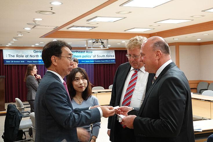 Prof. Youn Ik Joong (HUFS), Prof. Seiko Mimaki (Takasaki City University of Economics), Dr. Bernhard Seliger (HFS) und Hartmut Koschyk (One Korea Foundation)