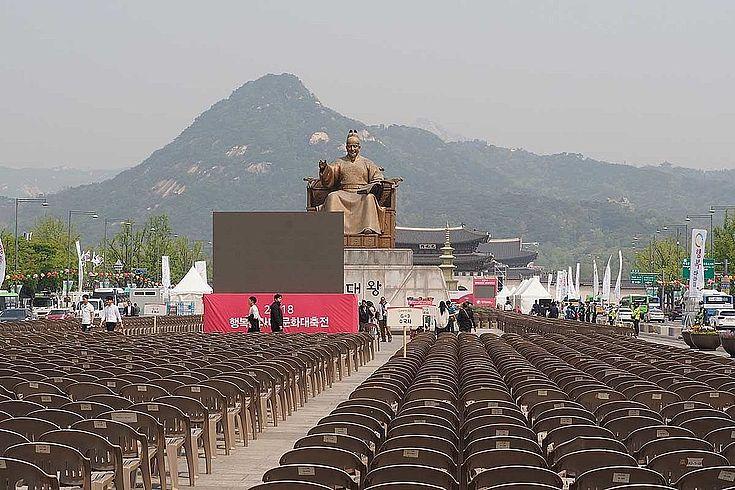 """Public viewing in Südkorea: Das Gipfeltreffen weckt Hoffnungen auf gemeinsame Projekte. Geplant ist etwa eine neue """"Sonderwirtschaftszone"""", gemeinsame Sportteams bei den """"Asian Games"""", Infrastrukturprojekte, etc."""