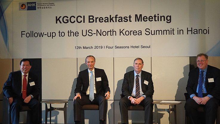 Von links: Leutnant General (ret.) Chun In-bum, H. E. Stephan Auer (Deutscher Botschafter in Seoull), Tony Michell Ph.D (Korea Associates Business Consultancy), Dr. Bernhard Seliger (HSS Korea)