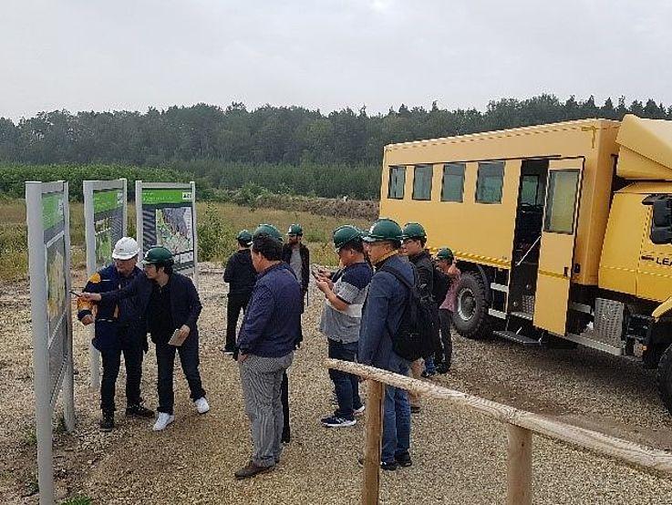 Die Delegation beim Besuch des Tagebaus Welzow Süd