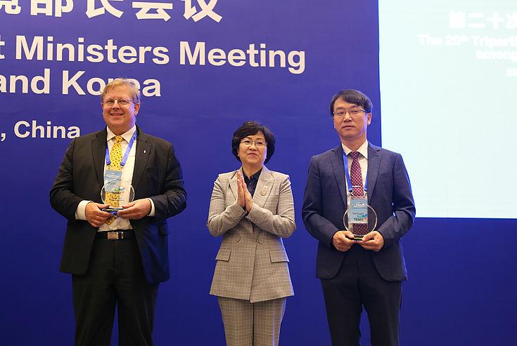 Die südkoreanische Umweltministerin mit den Preisträgern aus Korea: v.l. Dr. Bernhard Seliger (HSS Korea), Umweltministerin Kim Eunkyung, Prof. Kim Chol-Hee