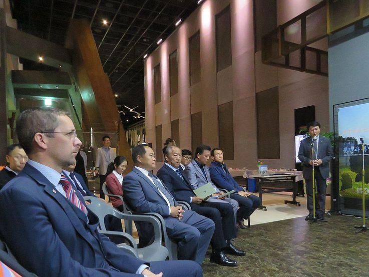 Die Gäste lauschen den Erläuterungen von Kim Young-Soo von der HSS; vorne Dr. Michael Koch, Landrat von Bad Hersfeld-Rotenburg in Hessen, Deutschland.