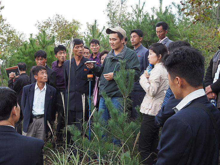 Bei er Aufforstungs-Station in Sangseo-ri fnden auch praktische Trainings statt, wie hier während einem praktischen Training über nationale Waldinventar Methodik eines mongolischen Försters.