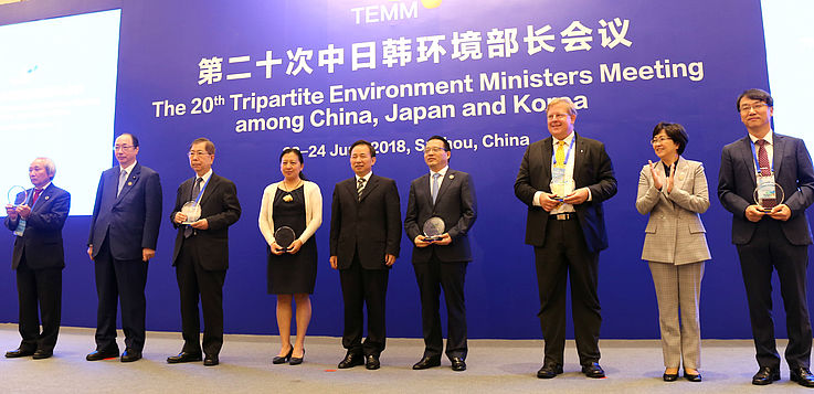 Environment Ministers and Laureats: 2nd from left: Masaharu Nakagawa, Japanese environment minister; 5th from left Li Ganjie, Chinese environment minister; 7th from left: Dr Bernhard Seliger, Hanns Seidel Foundation Korea; 8th from left Kim Eunkyung, South Korean environment minister