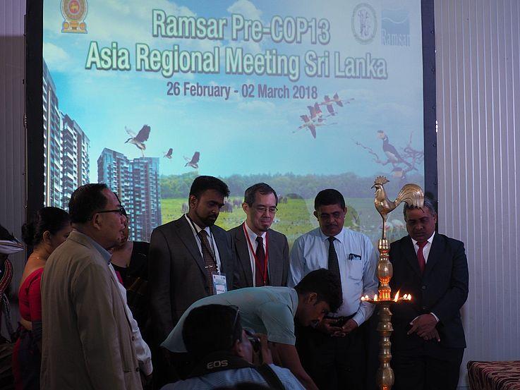 Der erste Tag legte den Fokus auf die aktuelle Situation der Implementation der Ramsar Konvention in Asien. Eine Präsentation von Dr. Lew Young, Senior Berater für Asien-Ozeanien im Ramsar Sekretariat, stellte die Arbeit des Ramsar STRP (Scientific and Technical Review Panel) vor.