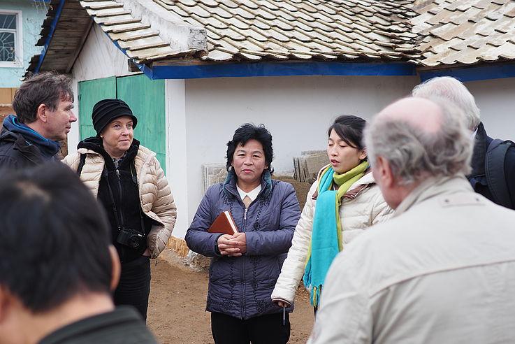 Eräuterung der Nordkoreaner in Bezug auf den Fortschritt in Sangseo-ri