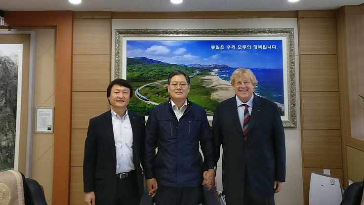 Goseong County chief Lee Kyong-Il with Dr. Seliger (right) and Kim Young-Soo (left) of HSF