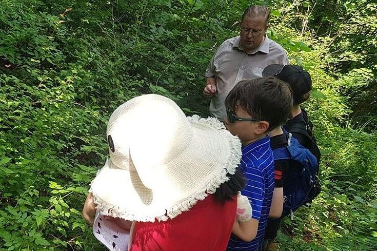 Kinder erkunden den Eco Trail.