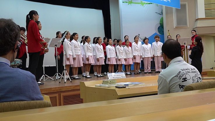 Der Yeoncheon County Student Choir tritt zu Beginn des 2018 DMZ International Forum auf.