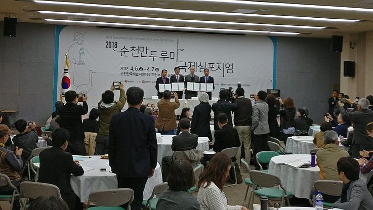 A MoU was signed for the better protection of cranes by the International Crane Foundation, represented by Spike Millington, and the cities of counties of Suncheon, Goyang and Cheolwon.