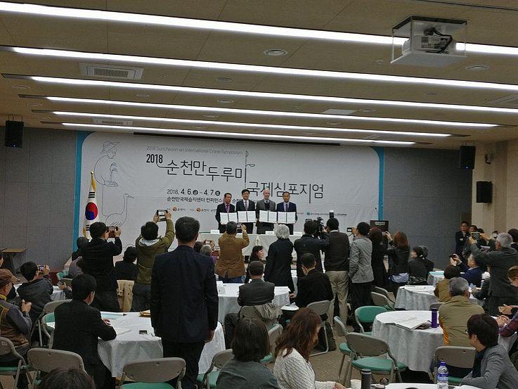 Ein MoU wurde durch den Repräsentanten der Internationalen Kranich Foundation und den Städten Suncheon, Goyang und Cheolwon unterzeichnet, für den besseren Schutz von Kranichen.