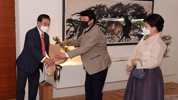Co-Chairman of the German-Korean Forum awarded Federal Cross of Merit