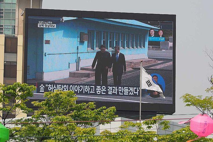 Zum ersten mal überschritten Kim Jong-Un und Moon Jae-In gemeinsam die innerkoreanische Grenze. Bleibt es bei schönen Gesten oder kommt Bewegung in den Prozess der Annäherung?