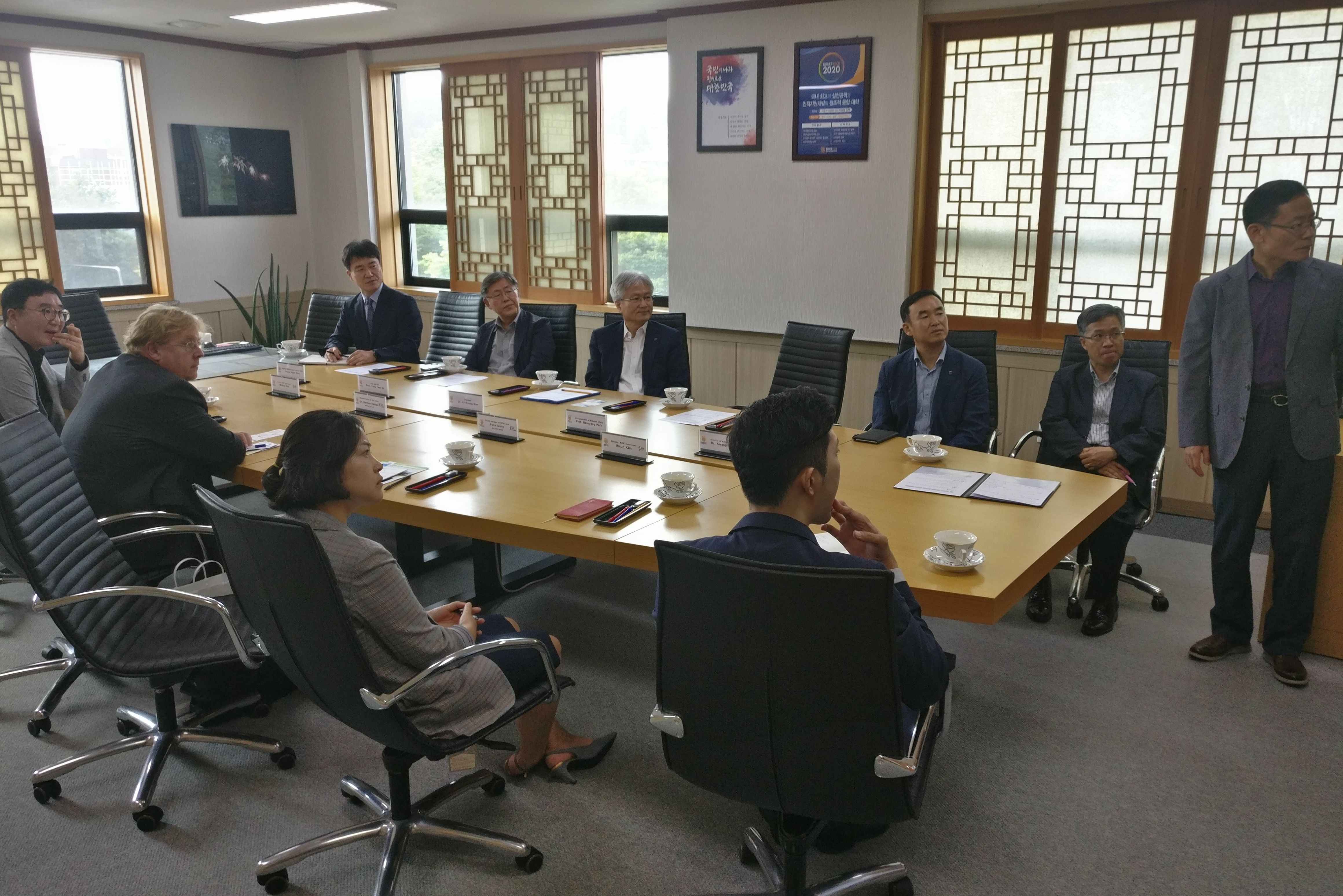 Während der Diskussion wurden auch die politischen Veränderungen und potenzielle Möglichkeiten angesprochen, wie KoreaTech, die Kaeseong Industrial District Foundation und die Hanns-Seidel-Stiftung Korea gemeinsam an der Förderung der Berufsausbildung in Nordkorea arbeiten können.