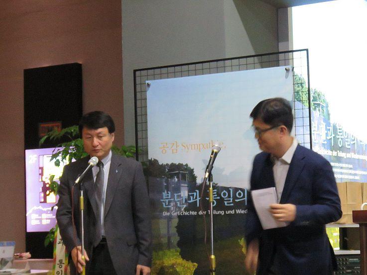 Kurator Noh und Kim Young-Soo von der HSS arbeiteten zusammen um die Ausstellung und Konferenz zu ermöglichen.