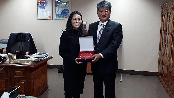 Dr. Hyun-Ah Choi, Senior Researcher der HSS Korea, und Haksoo Lee, Präsident von K-Water