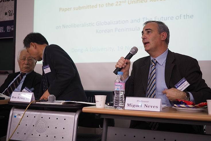 Präsentation von Prof. Neves über neoliberale Anpassungsmaßnahmen als Hindernis für langfristiges Wachstum, Gleichberechtigung und sozialen Zusammenhalt