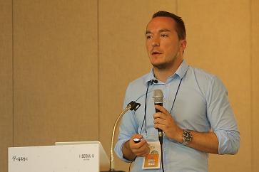 Felix Glenk stellt HSS Korea Projekte in Nordkorea vor.