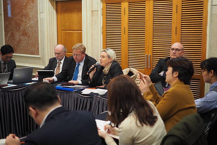 Dr. Susanne Luther (Direktorin des Instituts für Internationale Zusammenarbeit der HSS) informierte über die neuesten Entwicklungen in der DVRK
