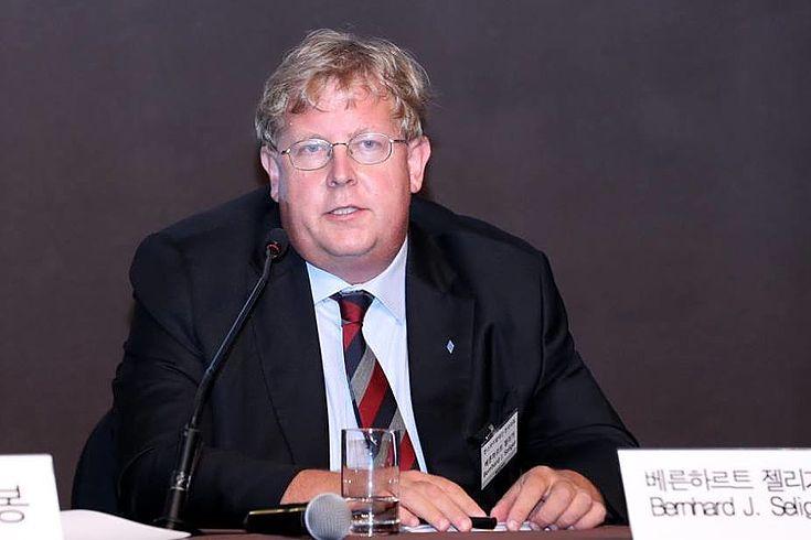 Dr. Bernhard Seliger vertritt die Hanns-Seidel-Stiftung beim Newsis Forum