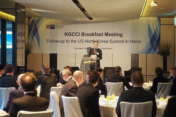 Vizepräsident Hoje Woo der AHK kündigt die Gesprächsrunde an