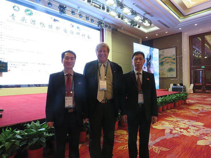 Der Representant der Hanns-Seidel-Stiftung, Dr. Bernhard Seliger, zusammen mit den beiden Delegierten aus Nordkorea.