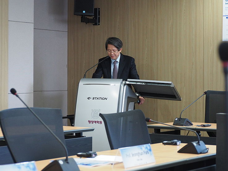 Prof. Dongwook Kim from the SNU GSPA opening the event